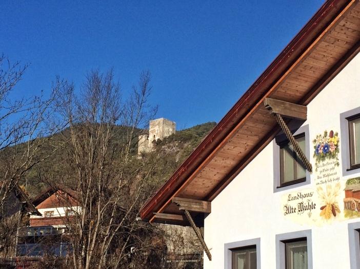 Die alte Mühle am Schlossbach. Im Hintergrund Fragenstein.
