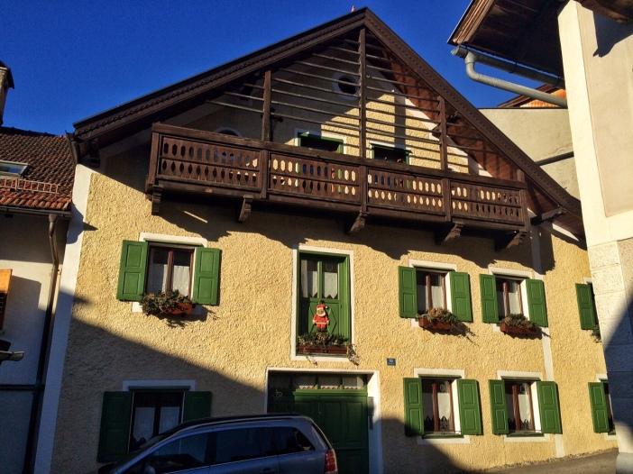 Alte Häuser säumen den Aufstieg durch die Mühlgasse in Zirl