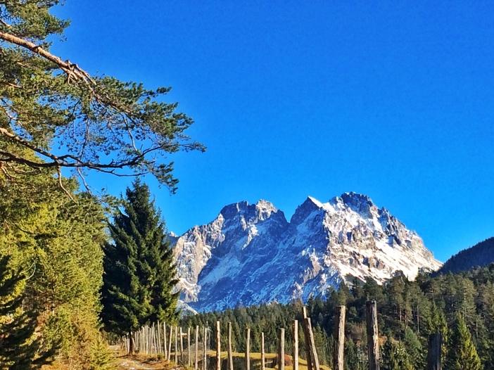 Knapp vor der Passhöhe begrüßen Wamperter Schrofen und Rotschrofen die ob sovieler Schönheit verblüfften Wandersleute.