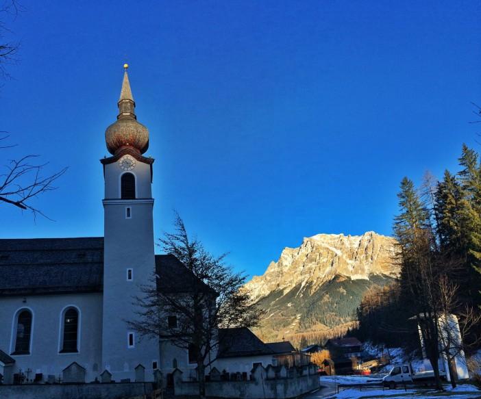 Die Josefskirche in Biberwier vor der hell strahlenden Zugspitze.