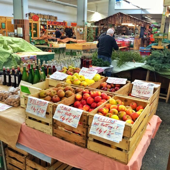 Apfelraritäten am Stand von Bauer Weber am Bauernmarkt in der Innsbrucker Markthalle