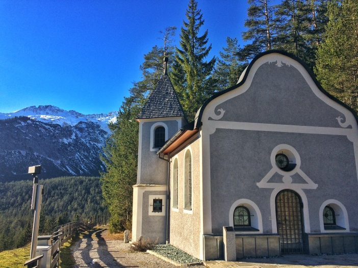 Die Namensgebung der Kapelle allein zeigt, wie gefährlich eine Passübequerung in früheren Zeiten war. Die Kapelle ist den 14 Nothelfern geweiht.