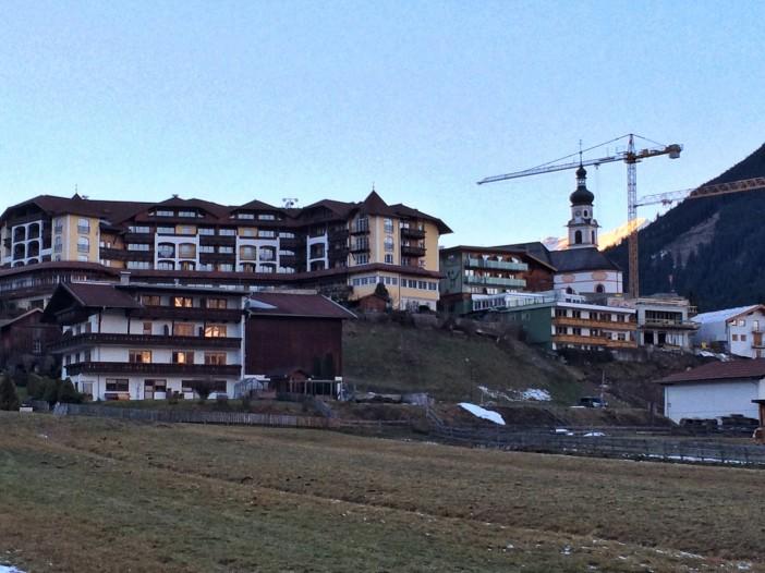 Lermoos, vom Moos her betrachtet quasi ein einziges Hotel. Schaut schon etwas krass aus.