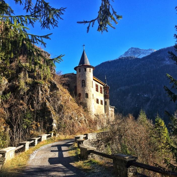 Das Schloss Fernstein in der gleißenden Dezembersonne. Irgendwie romantisch.