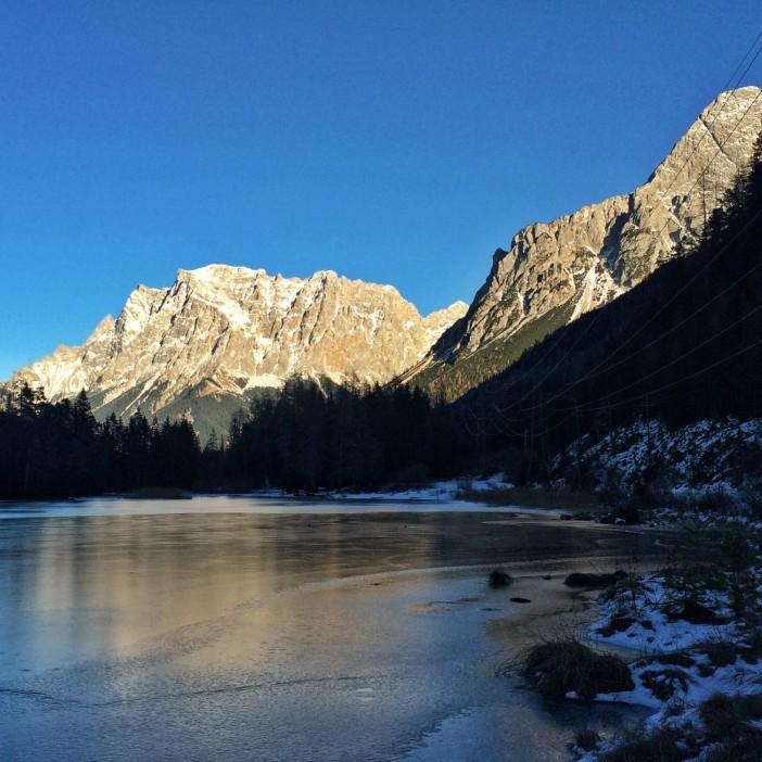 Die Zugspitze 'spiegelt' sich auf dem Eis des Weissensees.