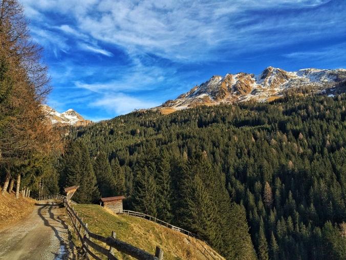 Vom letzten Parkplatz des Tales aus beginnt der wunderschöne Aufstieg zur Peeralm.