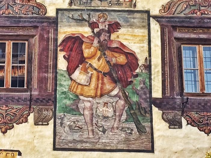Christophorus-Darstellungen weisen in Tirol immer auf uralte Verbindungen hin. Wie diese Darstellung am Richterhaus, die offenbar auf die Verbindung über den Pillersattel zum Reschenpass hinweist.