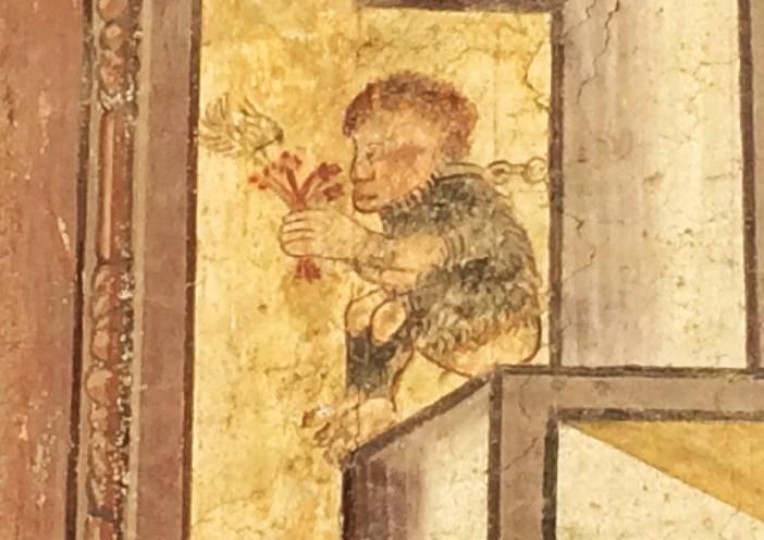 Dieses Männlein am Richterhaus gibt Rätsel auf. Es sitzt quasi im Eck, ist gefesselt und hält einen Blumenstrauß in seinen Händen.
