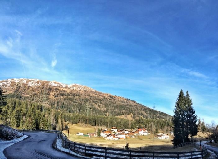 Der Weiler Fuchsmoos wird quasi von Hochspannungsleitungen dominiert. Schade, dass die TIWAG in Tirol keine Rücksicht auf die Landschaft nimmt.