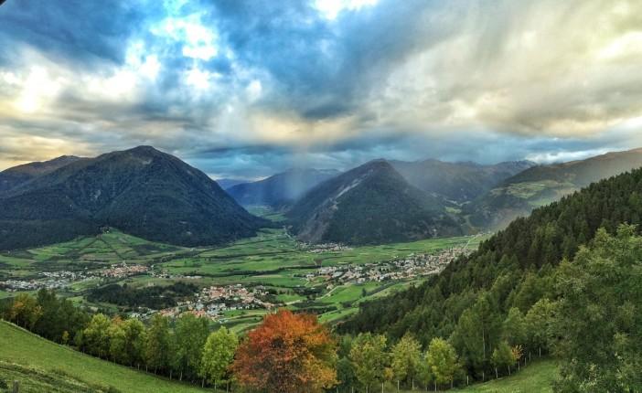 Der Blick auf das Obere Vinschgau mit dem pestizidfreien Mals vom legendären Lechtlhof aus.