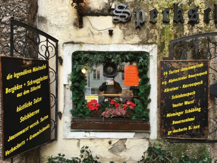 Das Speckladele in der Innsbrucker Stiftgasse mit dem einzigartigen Schaufenster und den Angebotstafeln.
