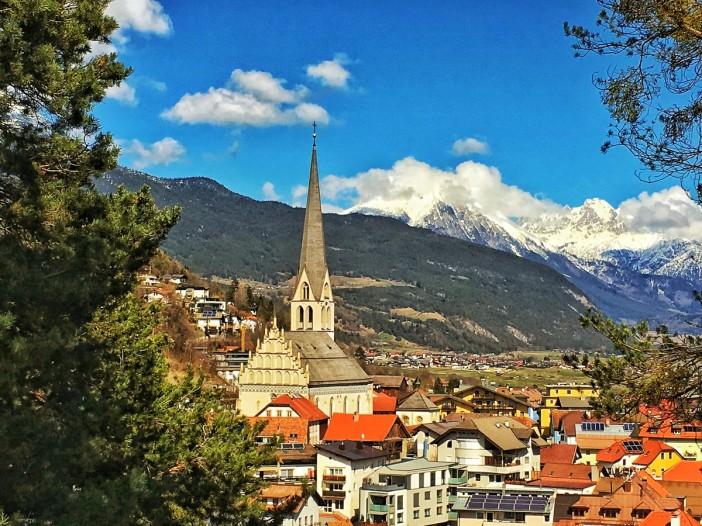 Der Blick vom Berg auf die Pfarrkirche von Imst