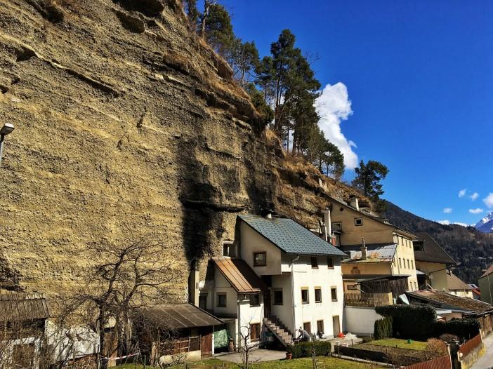 Wohnen im urzeitlichen Kieshaufen? Aber ja. Die Häuser schmiegen sich an das vom Gletscher aufgeschüttete Bergl.