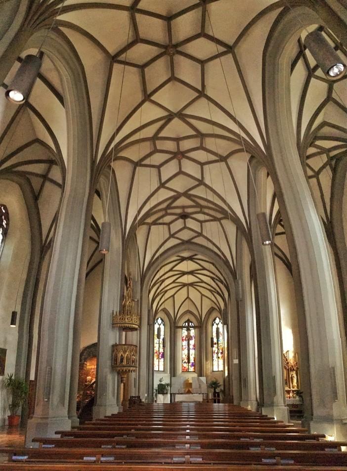 Das gotische Langschiff der Pfarrkirche in Imst