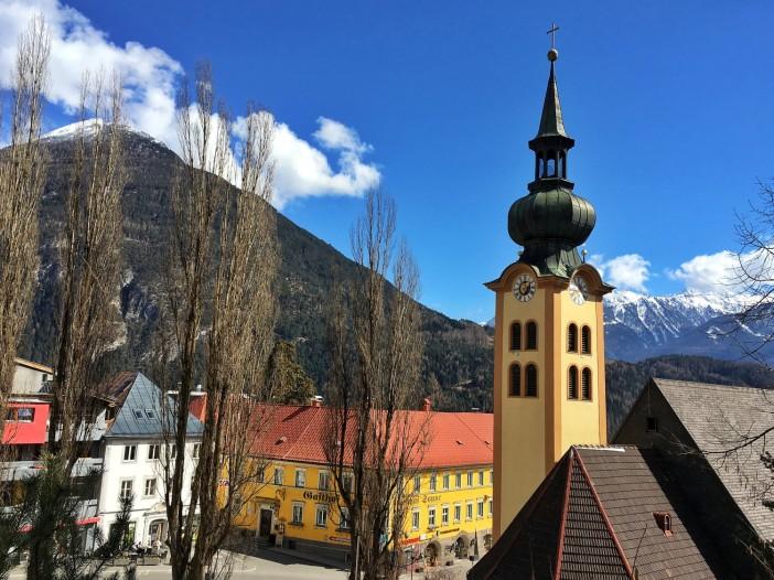 Die Johanneskirche ist Ausgangspunkt der 'Besteigung' des Bergl. Im Hintergrund der Tschirgant.