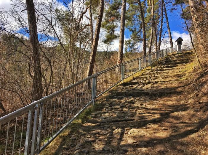 Der Aufstieg zur Laurentius-Kirche auf dem Berg ist mit wunderbaren Ausblicken verbunden.
