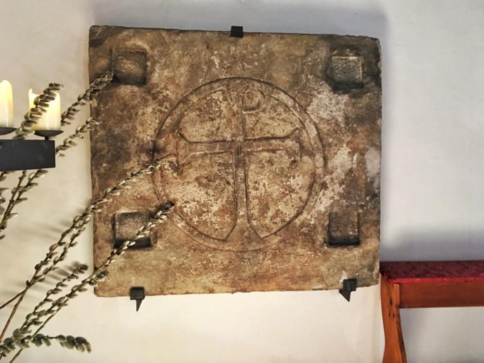 Diese Steinplatte mit dem Christus-Symbol dürfte aus der Zeit der Imster 'Urchristen' stammen.