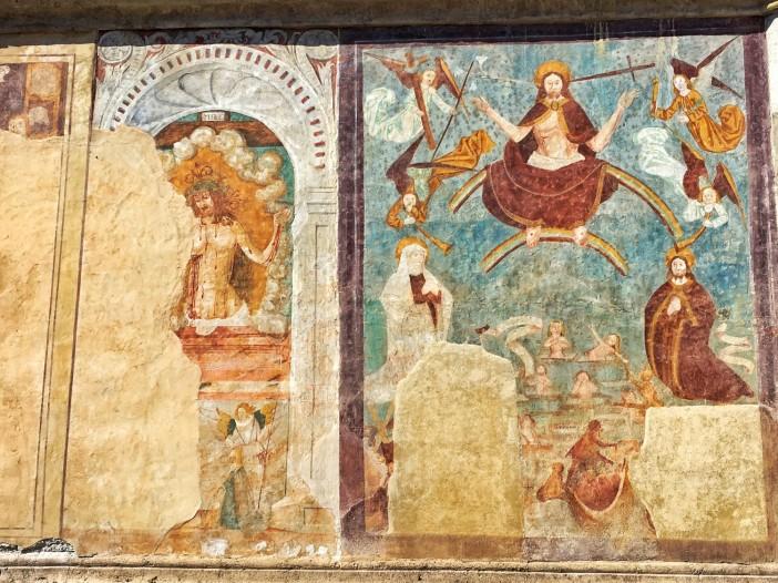 Die gotischen Fresken an der Südseite mit Christus dem Erlöser.