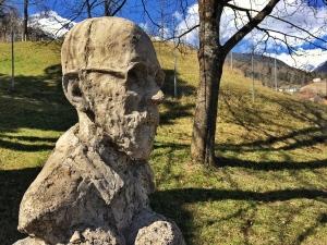 Die Büste von Janusz Korczak von Christian Moschen im Skulpturenpark bei der Pestkapelle in Imst