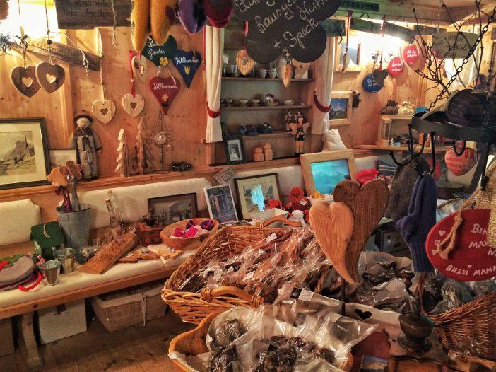 Ein Bild mit Seltenheitswert: in der Pumafalle kann man verschiedene regionale Spezialitäten kaufen. Eine für Tirol nicht alltägliches Projekt der Pumafalle.
