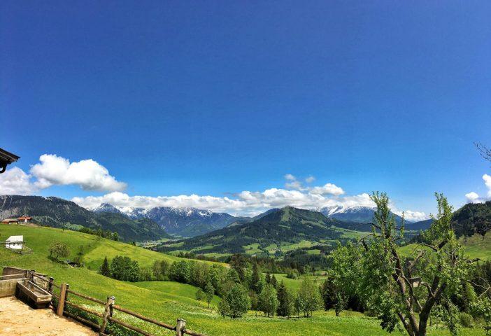 Das grandiose Panorama der Kitzbüheler Alpen tut sich vor den Augen der Rohr-Hof-Besucher auf.
