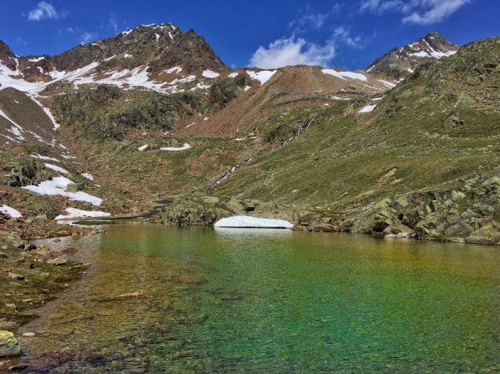 Ein Bergsee etwa auf der Hälfte der Strecke lädt zur Rast ein.