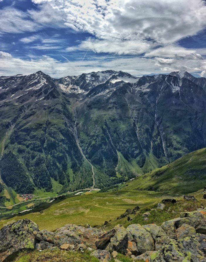 Ein monumentaler Ausblick: tief unten das Ventertal, in der Ferne de gleißenden Dreitausender der Ötztaler Alpen.