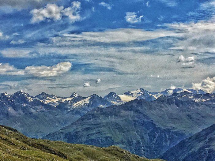 Die Berge der Stubaier Alpen ergänzen das grandiose Panorama. Gut sichtbar: das Zuckerhütl rechts der Bildmitte.
