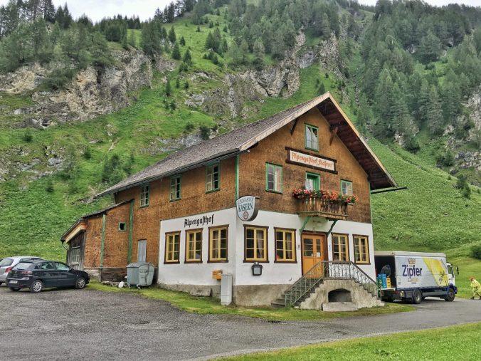 Der Alpengasthof Kasern. Auch hier gibt's Fleisch vom Schmirner Almochesen.