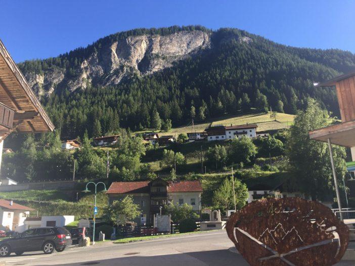 Bezwinger_innen des Peter-Kofler-Klettersteig in St. Jodok können von der Terrasse des Lamms aus mit freiem Auge bewundert werden.