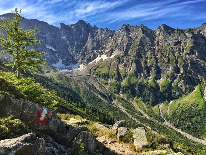 Der Weg zur Geraerhütte verläuft vor einem unwahrscheinlich majestätischen Panorama.