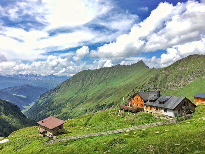 Die Geraerhütte vor den sogenannten Inneren Mähdern des Valsertales.