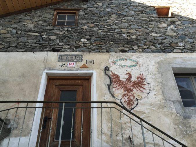 """Das bekannte Lied """"Roter Tiroler Adler"""" entstammt der Feder des Pfundser Dichters Johann Chrysostomus Senn. Hier ein uraltes Fresko an einem Pfundser Haus."""