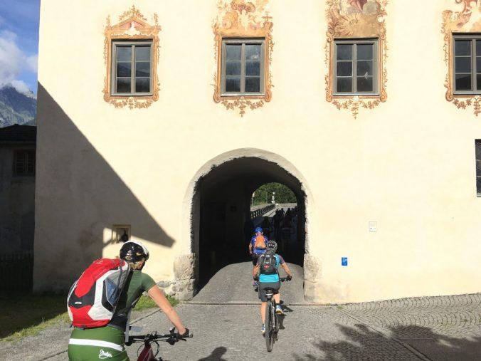 Wo heute friedliche Radfahrer passieren, wachten eins vermutlich grimmig dreinschauende und bis an die Zähne bewaffnete Wachen: der Pfundser Turm.
