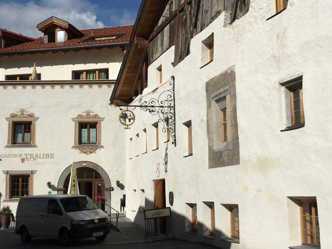 Wunderschöne Bürger- und Gasthäuser säumen die Ortsdurchfahrt von Pfunds.