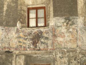 Kaum noch zu erkennen: alte Fresken verrotten genauso wie das denkmalgeschützte Haus im Dorfzentrum. Offenbar ist's den Dorfpolitikern von Pfunds wurscht...