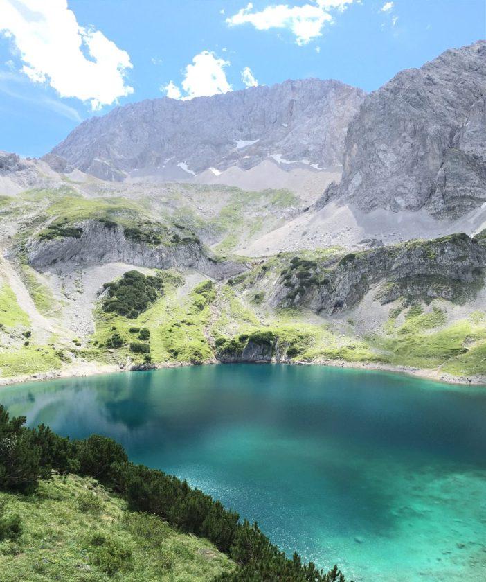 Der Drachensee inmitten der Berge der Mieminger Kette