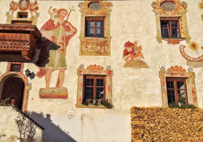 Die wunderschönen Fresken am Vögele-Hof im Navis kommen sicher nicht von ungefähr. Die Leute hatten im Mittelalter offenbar viel Geld.