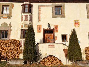 Der Eingangsbereich des Peerhofes: ein Schmuckstück mittelalterlicher Gestaltung.