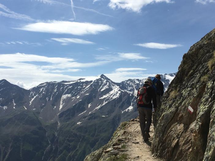 Tiroler Bergwanderer grüßen meist mit HALLO. Kann mir jemand sagen, weshalb mit diesem Wort?