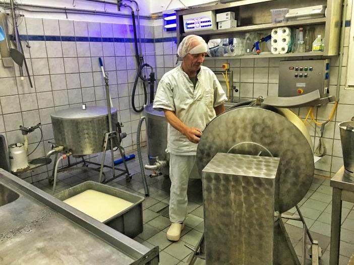 Karl Peer erzeugt in seiner Kleinsennerei auch köstliche Almbutter.