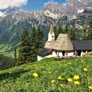 Das Magdalenen-Kirchlein in Gschnitz. Tirols älteste Wallfahrtskirche ist über einer heiligen Quelle erbaut. Dass diese Quelle zugemauert wurde, ist ein übler Frevel.