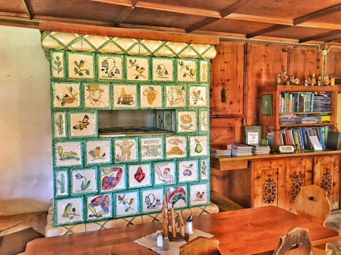 Wenn schon nicht Porzellan: Was wäre ein Meissnerhaus ohne Meissner-Kacheln? Einer der beiden wunderschönen Kachelöfen in der Schutzhütte.