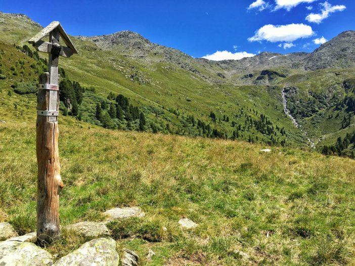 Das Kreuz am Viggar Hochleger steht just an einem Platz, an dem Dutzende Schalensteine zu finden sind.