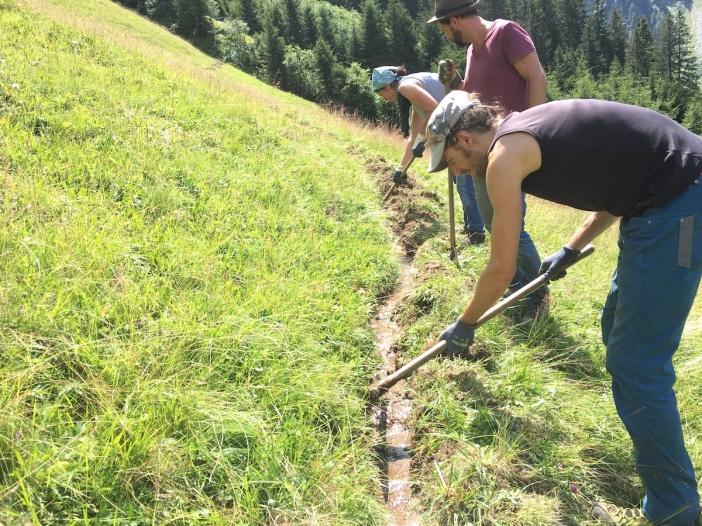 Einer von zwei Bewässerungskanälchen, die von Schüler_innen der Schule der Alm im Jahr 2016 auf deren alten Trasse wiederbelebt worden sind.
