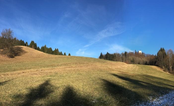 Der Hügel (links im Bild) ist meines Erachtens Teil eines zusammenhängenden prähistorischen Kultplatzes Thierberg.