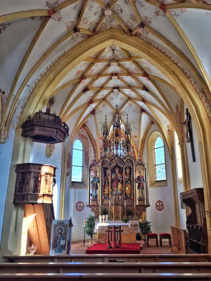 Der wunderschöne gotische Innenraum von St. Nikolaus