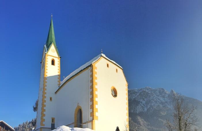 Das Nikolaus-Kirchlein vor dem Panorama des Zahmen Kaisers