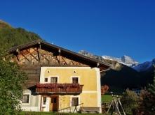 Dieser malerische Bergbauernhof in Schmirn Toldern wird von den Bergen der Ortlergruppe umrahmt.