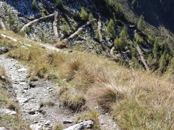 Ein neuer Radweg 'ziert' den Abstieg ins Schmirntal. Man folgt aber besser dem alten Abstieg.